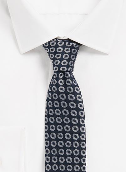 Cravate jacquard confectionnée en Italie et affichant un micro-motif allover.