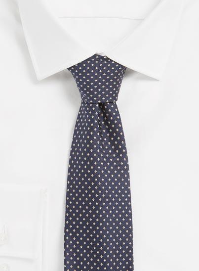 Cravate bleu foncé confectionné en pure soie en Italie.