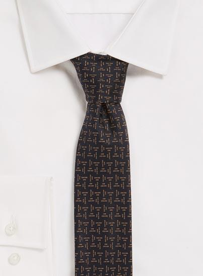 Cravate bleu foncé impeccablement confectionnée. Tissé en Italie avec une texture en jacquard légère.