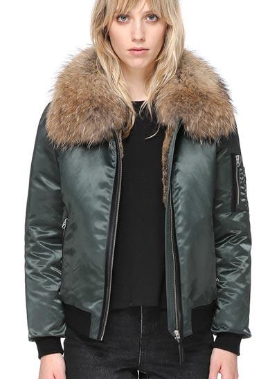 Manteau de style aviateur longueur aux hanches doublé en fourrure naturelle de lapin.