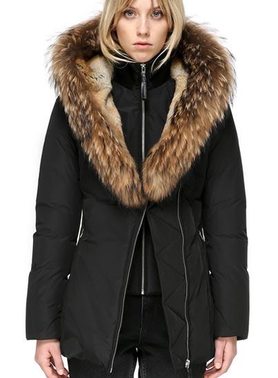 Manteau d'hiver en duvet à capuche classique.