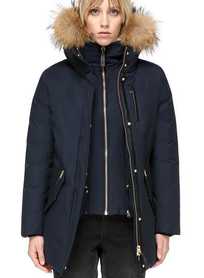 Manteau en duvet de luxe mi-longueur, avec col italien classique.