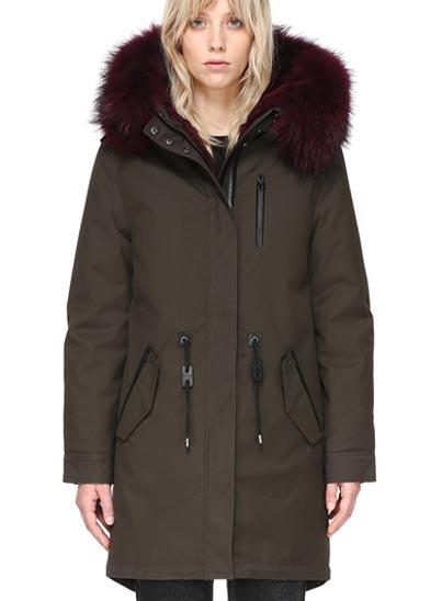 Manteau en sergé doublée de fourrure naturelle de lapin.