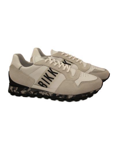 Chaussure avec des semelles de camouflage.