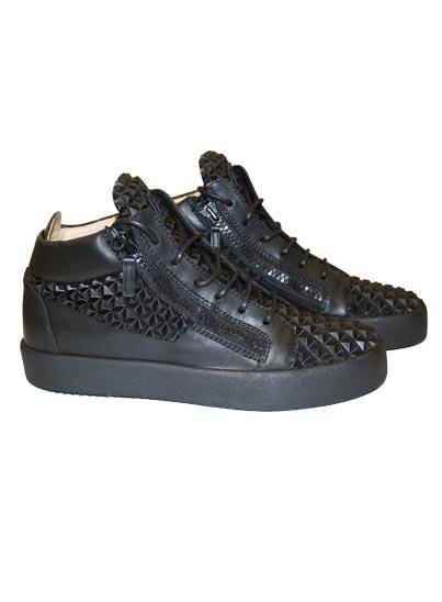 Chaussure semi-montante pour homme.