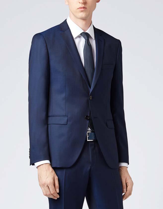 Ce costume épuré à la coupe ultra étroite se compose d'un pantalon sans pinces et d'une veste à deux boutons avec revers cranté.