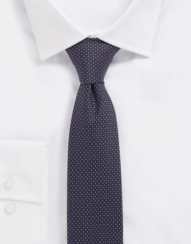 Une élégante cravate BOSS confectionnée en pure soie en Italie.