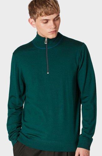 Confectionné en laine Mérinos, ce pull vert foncé à manches longues arbore un col montant zippé ainsi qu'un liseré bleu au col.