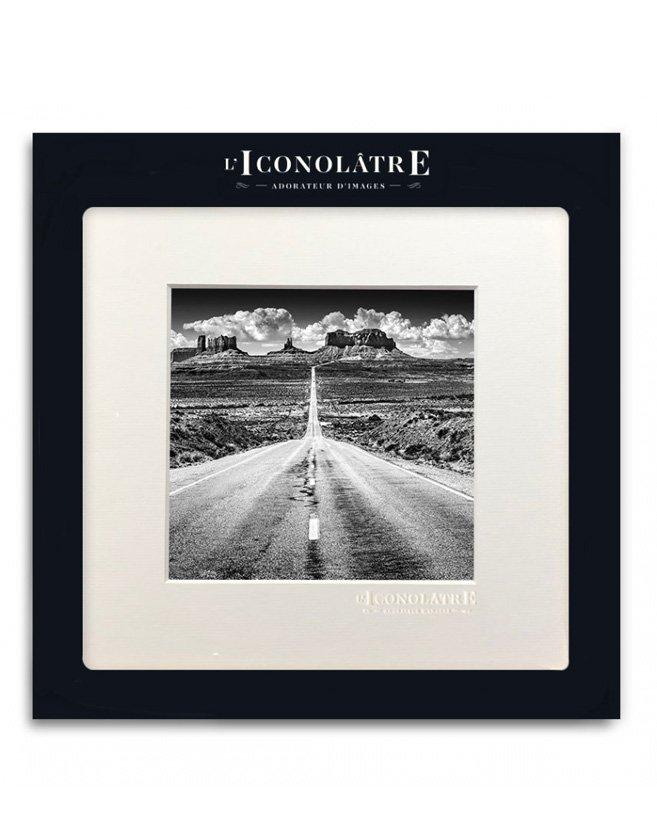 Photo noir et blanc paysage, route et perspective. Format carré inspiré des réseaux sociaux.