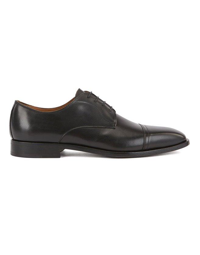 Des chaussures derby à lacets signées BOSS, confectionnées avec expertise au Portugal.