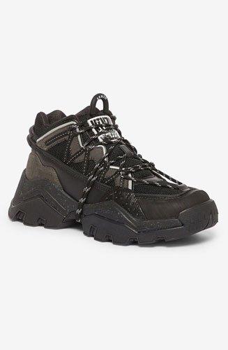 Avec son design directement influencé par l'équipement que l'on porte en montagne pour le hiking