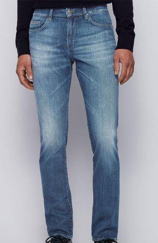 Un jean Hugo BOSS Homme à la jambe slim et à la coupe Regular Rise affûtée dessinant une silhouette moderne.