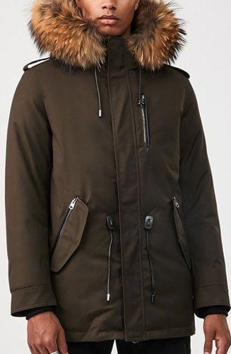 """""""SETH by MACKAGE"""" est une parka militaire en duvet en sergé avec une silhouette courte et une bordure en fourrure naturelle à la capuche."""
