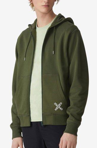 Définitivement sportwear, ce sweatshirt zippé est facile à associer à nos tenues casual.