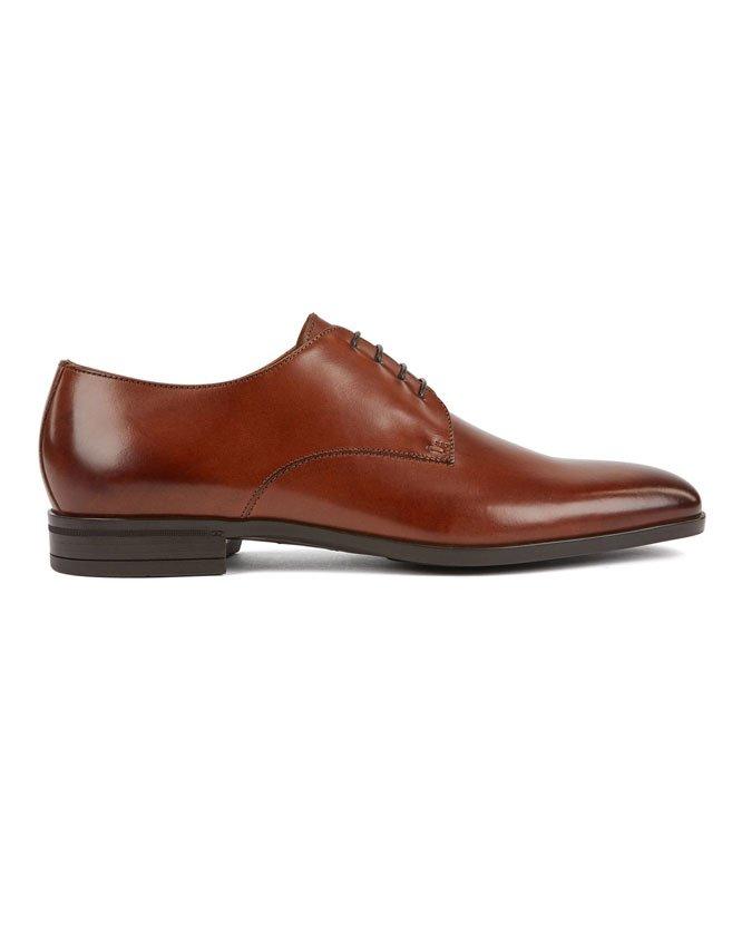 Chaussures Hugo Boss au tannage végétal à la finition vieillie.
