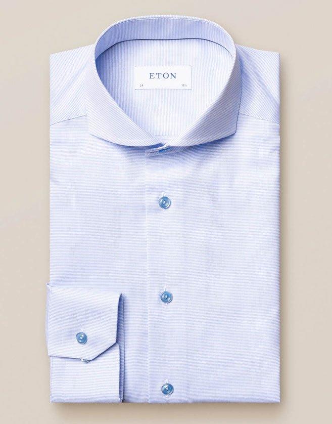 Chemise Eton bleue. Fabriqué à partir de sergé durable, avec sa texture diagonale distincte.